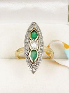 Catawiki pagina online de subastas Anillo marquesa de oro amarillo de 18 kt y platino 950 con diamantes y esmeraldas engastados.