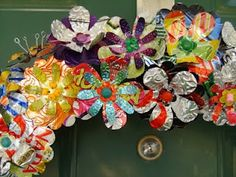 I had been trying to think of something to make into a wreath for my front door. Then I saw the video by MeAshie and a tutorial by Diane G. Aluminum Can Flowers, Aluminum Can Crafts, Aluminum Cans, Metal Flowers, Metal Crafts, Diy Flowers, Paper Flowers, Aluminum Metal, Crochet Flowers