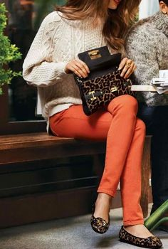 orange skinnies and a junky knit cream sweater.  http://www.studentrate.com/fashion/fashion.aspx