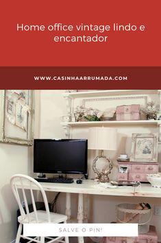 Eu fiquei encantada pelas malas cor de rosa e pelas molduras. Gente, é muita boniteza num lugar só! Home Office Vintage, Office Desk, Corner Desk, Furniture, Home Decor, Home Office Decor, Moldings, Houses, Corner Table