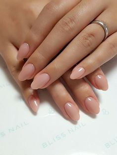 Oval nails have become very popular in recent years. Oval nails have become quite fashionable in today's fashion world. Encouraging color combinations play a role in Oval nail design making them look smarter. Here are 44 Stylish Oval Nail Art Desi Nails Neutral Nails, Nude Nails, My Nails, Coffin Nails, Work Nails, White Nails, S And S Nails, Light Pink Nails, Blush Nails