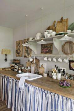 Risultati immagini per cuisine tissu cachant evier Rustic Kitchen Design, Vintage Kitchen, Quirky Kitchen, Compact Kitchen, Boho Kitchen, French Kitchen, Rideaux Country, Country Kitchen Farmhouse, Rustic Cottage
