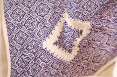 This embroidery, also called « Terz El Ghorza », is a needlepoint technique realized on stretched canvas and currently practiced across Morocco and used for bed clothes. With this technique it is nearly impossible to distinguished between front and backside, as the motifs appear identical on the two faces.