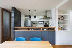 使いやすくておしゃれ見えする!キッチン周りの収納&見せる収納棚のアイデア集 | フリーダムな暮らし Kitchen Pantry, Kitchen Dining, Kitchen Decor, Kitchen Cabinets, Kitchen Bar Design, Kitchen Layout, Home Deco Furniture, Simple House Design, Japanese Kitchen