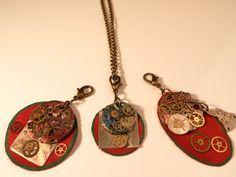 Colgantes con maquinarias de relojes antiguos alteradas y cuero rojo