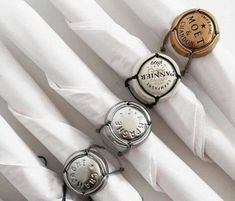 New Years Eve - Napkin holder using champagne cork covers Champagne Cork Crafts, Champagne Corks, Wine Cork Crafts, Wine Bottle Crafts, Deco Restaurant, Napkin Folding, Diy Décoration, Decoration Table, Napkin Rings