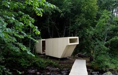 Adagiata sulle rive di un ruscello nei pressi di Melhus nella Norvegia settentrionale questa sauna è stata pensata da Formløs Architecture per gli ospiti della rassegna musicale Fjøsfestival che si tiene ogni anno in estate.