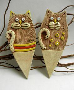 Zápich - kočka Ze šamotové hlíny, k dekoraci do vašeho truhlíku, květináče nebo záhonku. Výška zápichu 21 cm, šířka 8,5 cm. CENA ZA KUS