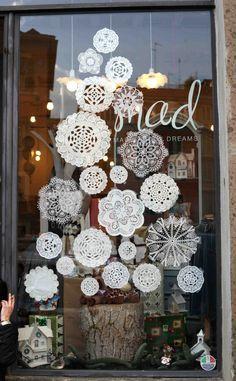 A Rome, dans les vitrines, dans les boutiques de déco branchées ou dans la rue, l'arbre de Noël n'a plus d'épines et adopte une allure originale. La tendance est au DIY, à la récup… Place à l'imagination!  Les boutiques de déco exposent de jolis arbres en tissus, de toutes les ta