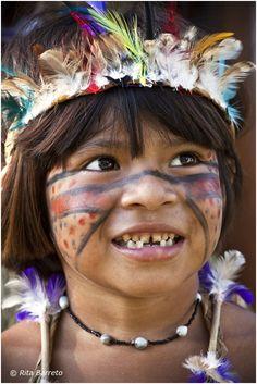 sorriso di un bambino Tupi Guarani in Brasile