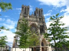 This jewel of Gothic art, symbol of the coronation of the kings of France and UNESCO World Heritage Site, lives up to its reputation. The entire monument, with its 2303 statues, is of exceptional quality. This is the west side (the one where you enter) that will probably hold your attention.