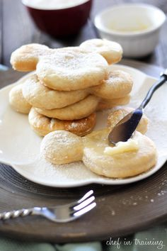 Mickey Mouse Beignets from Café Orleans- Port Orleans French Quarter at Disney World. 21 Disney Parks Recipes You Can Make At Home Disney Desserts, Köstliche Desserts, Delicious Desserts, Dessert Recipes, Yummy Food, Disney Food Recipes, Donut Recipes, Fun Recipes, Amazing Recipes