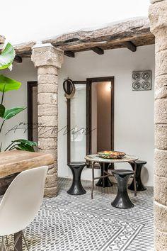 Además del impresionante patio, nos encanta los detalles de la casa, el uso de la madera, del blanco, los muebles...