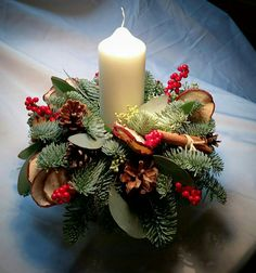Christmas is coming soon so its time to start making some easy and fun Christmas decorations like these awesome table centerpieces Christmas Flower Arrangements, Christmas Table Centerpieces, Christmas Flowers, Christmas Room, Christmas Candles, Simple Christmas, Christmas Wreaths, Christmas Crafts, Christmas Decorations