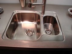 THIS simple homemade cleaning solution makes stainless steel shine like never before! House Cleaning Tips, Diy Cleaning Products, Cleaning Solutions, Cleaning Hacks, Homemade Toilet Cleaner, Cleaners Homemade, Clean Baking Pans, Cleaning Painted Walls, Clean House
