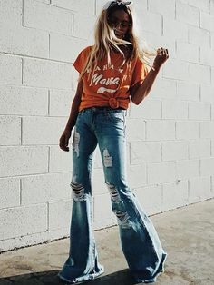 Ripped flare jeans outfit ideas for casual boho summer style and fashion Style 70s, Look Street Style, Mode Style, Denim Style, Retro Style, Flare Jeans Outfit, Flare Pants, Flare Leg Jeans, Pants Outfit