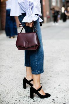 Jeans e camisa listrada em alta nos looks de street style durante o New York Fashion Week Spring/Summer 2017. #fashionweek #streetstyle #moda #jeans #estilo #outfit #details #bag #camisa #semanademoda