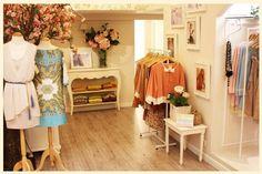 Decoração vintage para lojas de roupas - http://www.euamodecoracao.com/15-ideias-criativas-para-decoracao-de-lojas-de-roupas/