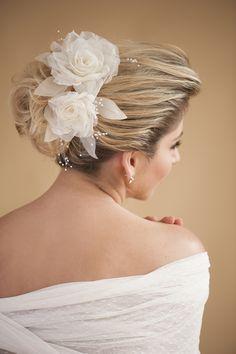 Trendy indian bridal hair style with tiara Ideas Bridal Hair Updo, Indian Bridal Hairstyles, Bridal Headpieces, Wedding Hairstyles, Bridal Beauty, Wedding Beauty, Bridal Makeup, Bridal Shower Flowers, Elegant Bridal Shower