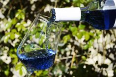 It looks more like a sports drink or windshield wiper fluid than wine, but blue wine seems to be popular on restaurant terraces in 2016. Horeca Connoisseurs declared blue wineas the terrace hit of the summer. Vincent Janssen, importer of wine at Wijny is already experiencing a very fine summer thanks to the popularity of…