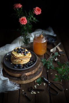 Pancakes alle mandorle, miele e mirtilli
