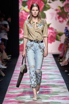 Blumarine Spring 2020 Ready-to-Wear Fashion Show Blumarine Spring 2020 Ready-to-Wear Collection – Vogue Milano Fashion Week, New York Fashion, Paris Fashion, Runway Fashion, Fashion Outfits, Fashion Trends, Fashion Weeks, Red Leather Skirt, Inspiration Mode