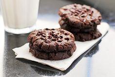 Μαλακα cookies σοκολατας που λιωνουν στη κυριολεξια στο στομα,απο το mastershef Ακη ΠετρετζικηΥλικα  225 γρ. κουβερτούρα σε μικρά κομματάκια  30 γρ. βούτυρο  35 γρ. αλεύρι γ.ο.χ.  1/4 κ.γ. μπέικιν πάουντερ  1/4 κ.γ. αλάτι  2 αυγά  175 γρ. ζάχαρη  100 γρ. δάκρυα σοκολάτας ή