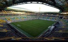 Estadio José Alvalade, Lisboa, Portugal. El estadio, con capacidad para 50.044 espectadores e inaugurado el 6 de agosto de 2003, se encuentra situado en el centro de un complejo deportivo y de ocio denominado Alvalade XXI. Fue construido con motivo de la Eurocopa 2004