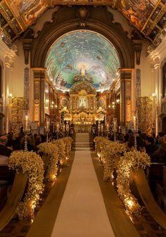 Quando falamos de casamentos em igrejas, logo pensamos em algo mais clássico, certo? Sim, certo! Mas nem sempre o clássico tem que ser careta ou antiquado.