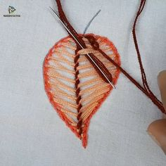 hand embroidery leaf stitch design - Suggestion of SilMez🇧🇷Brasil / 'Current' point in the leaf outline and 'back&# - Hand Embroidery Patterns Flowers, Hand Embroidery Projects, Hand Embroidery Videos, Embroidery Stitches Tutorial, Creative Embroidery, Simple Embroidery, Learn Embroidery, Hand Embroidery Stitches, Hand Embroidery Designs