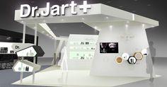 maaxplatz. Dr.Jart+ Exhibition Booth 닥터자르트 전시부스 디자인 - Dr.Jart+ 공간의 전면은 메인사인과 영상, DP를 위한 디자인적인 요소 등을 통해 궁극적으로 고객으로부터 흥미를 느끼고 유입하게 만드는 역할을 하게된다. 다양하고 독특한 디자인이지만 절제된 디자인 규칙을 통해 안정성인 메스를 갖게 된다.