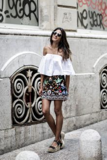 Street Style – This gorgeous embroidered mini skirt is an absolute killer… STREET STYLE INSPIRATION & IDEAS This gorgeous embroidered mini skirt is an absolute killer… This gorgeous. Style Outfits, Skirt Outfits, Cute Outfits, Fashion Outfits, Printed Skirt Outfit, Party Outfit For Teen Girls, Outfits For Teens, Spring Summer Fashion, Spring Outfits