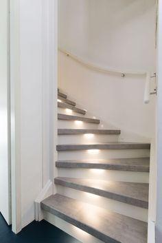 gezien bij vtwonen De trend van 2017 beton look. Home Upgrades, House Design, Home, New Homes, Stair Makeover, Wooden Stairs, Stair Lighting, Stairs Design, Stairs