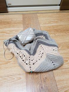 모찌실 망태기가방 만들기 ing (도안 및 제작과정 작업중) : 2번 포스팅 : 네이버 블로그 Crochet Shell Stitch, Crochet Tote, Crochet Handbags, Knit Crochet, Creative Embroidery, Bag Making, Crochet Patterns, Purses, Knitting