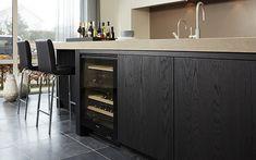 Een donkere keuken op maat die aansluit bij uw wensen? Bij Keukenstudio Maassluis bent u aan het juiste adres voor een handgemaakte keuken ✔ Hollands Maatwerk ✔ Keuken op maat
