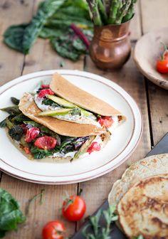 Encore une fois, ce printemps, j'avais envie de vous parler des paniers bio du réseau des fermiers de famille (RFF) d'Équiterre. Vegetable Recipes, Vegetarian Recipes, Healthy Recipes, Healthy Dinners, Healthy Foods, Bette, Savory Pancakes, Healthy Cooking, Brunch
