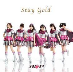 CD◇『Stay Gold/ A応P』1st、2ndシングルに引き続き、数々のアニメ主題歌を手掛けている渡辺 翔氏が作曲を担当。 今回は「戦い」をテーマに力強い歌詞を疾走感あるサウンドを乗せた楽曲になっております。 カップリング曲となる「世界を変えちゃうプロジェクト」は、作詞をA応Pのメンバー6人が担当。A応P各メンバーの日頃の心境やファンへの想いを結集させ、スローテンポな曲を共にお届けします。