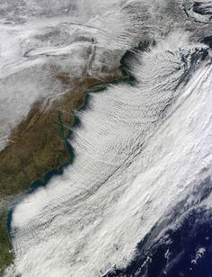 Strade di #nuvole Scie di cumuli che si formano sugli oceani a causa di forti venti in direzione che spirano in direzione trasversale rispetto ai filamenti.