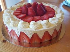 Fraisier facile – Recettes Discover the easy strawberry recipe on actualcooking. Easy Healthy Recipes, Sweet Recipes, Cake Recipes, Dessert Recipes, Healthy Food, Oreo Trifle, Desserts With Biscuits, Different Cakes, Strawberry Recipes