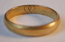 c. 1706-1721 Gold posy ring engraved with 2 intertwined hearts.