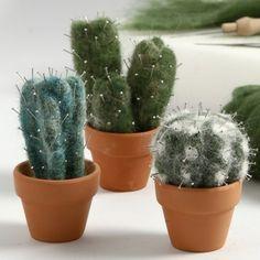 Nålefiltet kaktus af kartet uld med knappenåle som torne