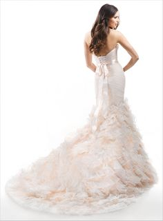 http://www.manalifashion.com/Beautiful-romantic-wedding-dress4.html فستان زفاف رقيق ومميز بسعر خاص من منالى فاشون فقط 740 دولار