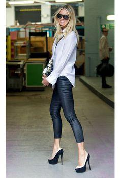 Elle Macpherson, siempre espectacular, la modelo australiana vuelve a acertar con leggings de piel, camisa blanca y pumps blanco y negro. ¡Bravo!