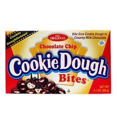 Les Américains adorent le goût de la pâte à cookies aux pépites de chocolat. Ben&Jerry, Häagen-Dazs et d'autres en ont profiter pour créer des parfums de crème glacée cookie dough dans laquelle on trouve des pépites de pâte à cookies. Retrouvez dans ce paquet cette saveur unique. Ici les petites boules de pâte à cookies aux pépites de chocolat sont recouvertes de chocolat !