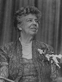 """Eleanor Roosevelt Tras la II Guerra Mundial se aprobó el documento de mayor consenso de la historia de la humanidad: la Carta Universal de Derechos Humanos. en un principio iban a titularla Derechos del Hombre, pero Eleonor se opuso porque excluía a las mujeres. Consiguió que en su lugar figurase Derechos Humanos. Una de las más famosas frases de Eleonor es la siguiente:""""El futuro pertenece a quienes creen en la belleza de sus sueños"""""""