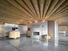 Hlavní obytný prostor spovalovým stropem ajádrem, které má vsobě dva krby, kuchyňskou linku ischodiště.