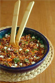 Un reste de quinoa et de lentilles cuits ? Du chou rouge finement émincé, deux carottes à râper et un exploit avec mon pouce enrubanné ......