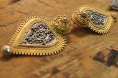 Filigran,beltespenne/jakkespenne, to vekers kurs Gold Rings, Jewelry, Fashion, Moda, Jewels, Fashion Styles, Schmuck, Jewerly, Jewelery