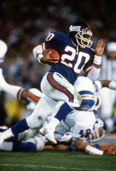 Joe Morris of the New York Giants carries the ball against the Denver Broncos during Super Bowl XXI on January 26 1987 at the Rose Bowl New York Giants Football, Steelers Football, Football Fans, Football Helmets, Denver Broncos, Football Players Photos, Football Pictures, Nfl Uniforms, Nfl Hall Of Fame