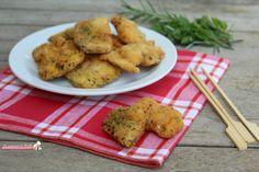 Bocconcini di pollo saporiti ricetta finger food o secondo piatto, bocconcini di petto di pollo con una panatura aromatica fritti o cotti in forno